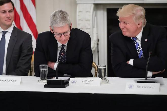 Tổng thống Mỹ Donald Trump trìu mến gọi nhầm tên CEO Apple là Tim Apple - Ảnh 1.