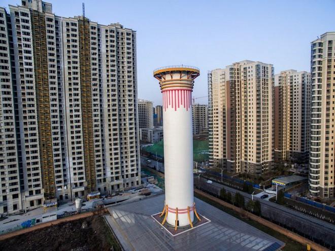 Tháp cao 100 mét này là cách Trung Quốc giải quyết được ô nhiễm không khí: giá 2 triệu đô/cái, tạo 10 triệu mét khối không khí sạch mỗi ngày - Ảnh 1.