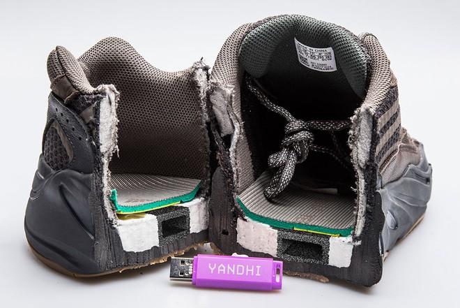 Thanh niên Mỹ bất ngờ tìm thấy USB chứa album rap của Kanye West khi cưa đôi giày Yeezy 700 - Ảnh 1.