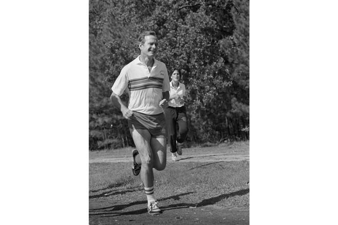 Nổi tiếng yêu thể thao, các đời Tổng thống Mỹ thích đeo sneakers gì khi đi chạy? - Ảnh 7.
