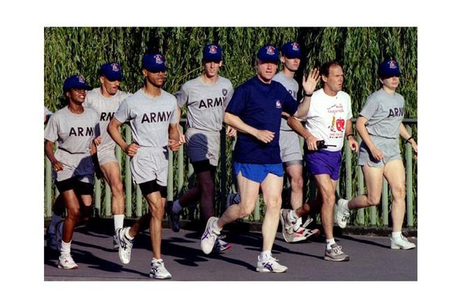 Nổi tiếng yêu thể thao, các đời Tổng thống Mỹ thích đeo sneakers gì khi đi chạy? - Ảnh 12.