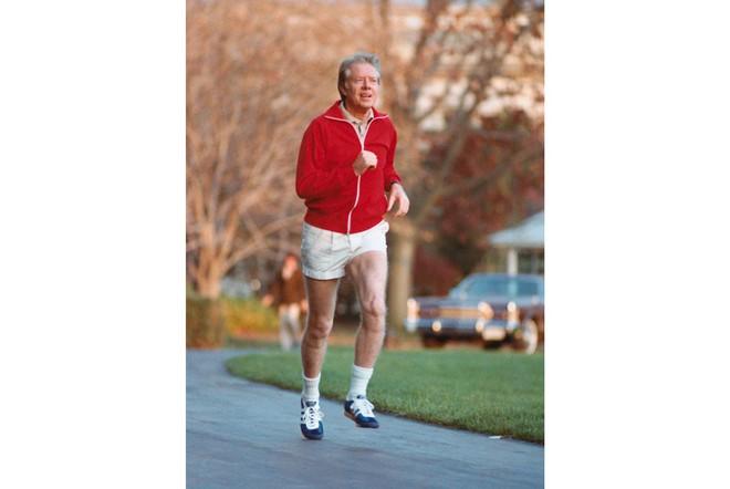 Nổi tiếng yêu thể thao, các đời Tổng thống Mỹ thích đeo sneakers gì khi đi chạy? - Ảnh 2.