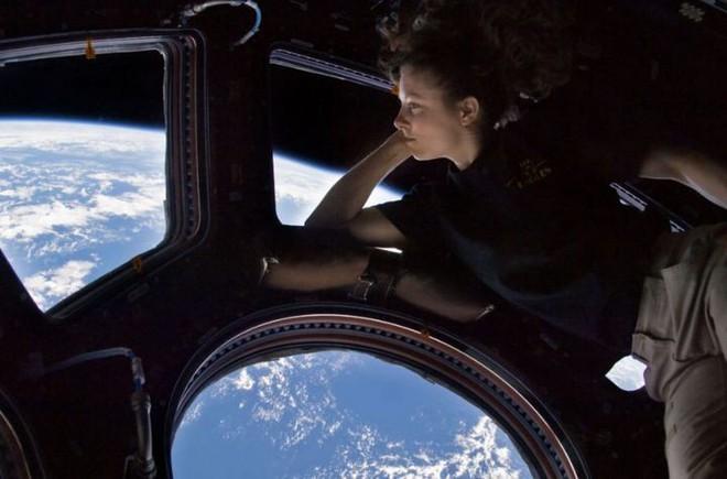 Đâu chỉ ở Trái Đất, trạm vũ trụ quốc tế ISS cũng đầy vi khuẩn và nấm nhưng không ai rõ nó có nguy hiểm không - Ảnh 2.