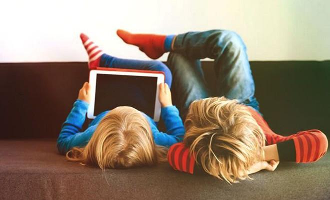 """Lơ là để bé 3 tuổi nghịch iPad, ông bố nhận cái kết đắng khi máy bị khóa tới cả """"nửa thế kỷ"""" - Ảnh 1."""