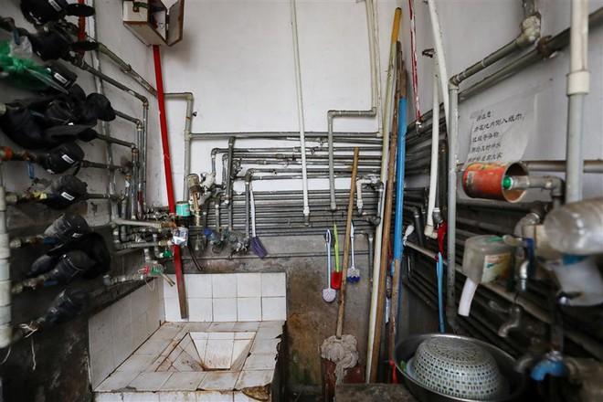 Cận cảnh cuộc sống lao đao trong toà nhà mỏng như tờ giấy ở Thượng Hải - Ảnh 6.