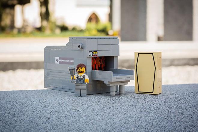 Một nghĩa trang ở Áo tung ra bộ xếp hình LEGO chủ đề... đám tang, bạn có dám mua cho con mình chơi? - Ảnh 2.