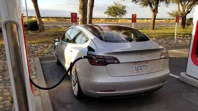 CEO Elon Musk khuyên mọi người không nên sạc đầy 100% pin cho xe Tesla - Ảnh 1.
