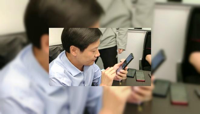 Smartphone giá rẻ dùng chip Snapdragon 855 của Redmi xuất hiện cùng CEO Xiaomi Lei Jun - Ảnh 1.