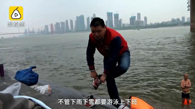 Ông chú 53 tuổi chiến thắng bệnh tiểu đường, bơi 2,2km vượt sông Dương Tử đi làm mỗi ngày trong 11 năm - Ảnh 4.