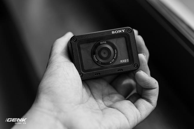 Trên tay máy ảnh Sony RX0 mark II: Siêu nhỏ, quay phim 4K, màn hình lật - Ảnh 13.