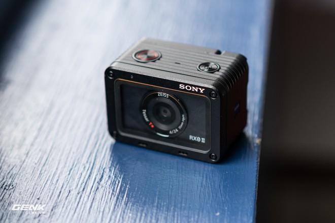 Trên tay máy ảnh Sony RX0 mark II: Siêu nhỏ, quay phim 4K, màn hình lật - Ảnh 2.