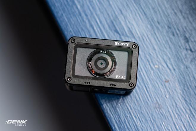 Trên tay máy ảnh Sony RX0 mark II: Siêu nhỏ, quay phim 4K, màn hình lật - Ảnh 3.