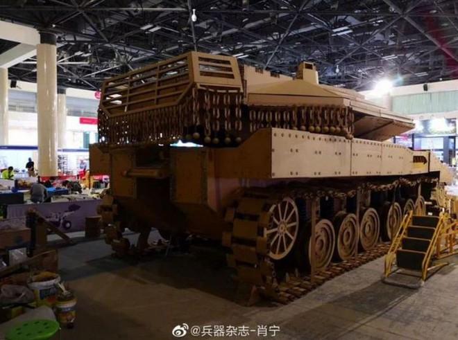 Kỳ công ghép hàng ngàn mảnh bìa carton thành mô hình xe tăng chiến đấu trông như thật với tỷ lệ 1:1 - Ảnh 5.