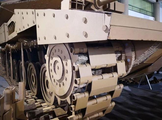 Kỳ công ghép hàng ngàn mảnh bìa carton thành mô hình xe tăng chiến đấu trông như thật với tỷ lệ 1:1 - Ảnh 4.