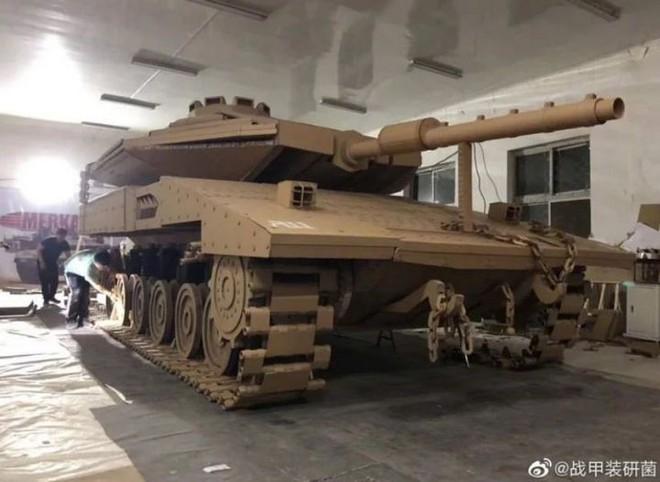 Kỳ công ghép hàng ngàn mảnh bìa carton thành mô hình xe tăng chiến đấu trông như thật với tỷ lệ 1:1 - Ảnh 3.