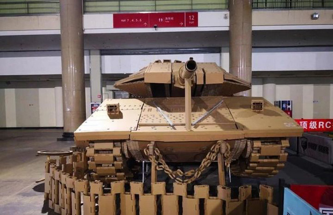 Kỳ công ghép hàng ngàn mảnh bìa carton thành mô hình xe tăng chiến đấu trông như thật với tỷ lệ 1:1 - Ảnh 2.