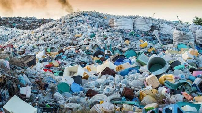 Chuyện gì sẽ xảy ra với một chai nhựa sau khi bị vứt vào thùng rác? Hóa ra vứt rác đúng chỗ thôi là chưa đủ - Ảnh 2.