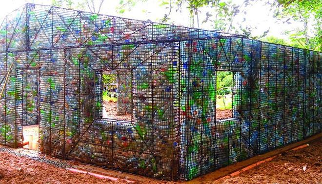 Chiêm ngưỡng ngôi làng độc đáo ở Panama, nơi nhà cửa được làm từ 1 triệu chai nhựa - Ảnh 1.
