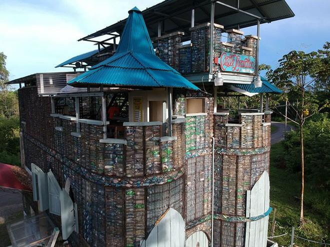 Chiêm ngưỡng ngôi làng độc đáo ở Panama, nơi nhà cửa được làm từ 1 triệu chai nhựa - Ảnh 13.