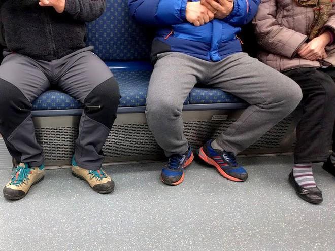 Trung Quốc: Ngồi dạng chân trên tàu xe sẽ bị trừ điểm tín dụng xã hội - Ảnh 1.
