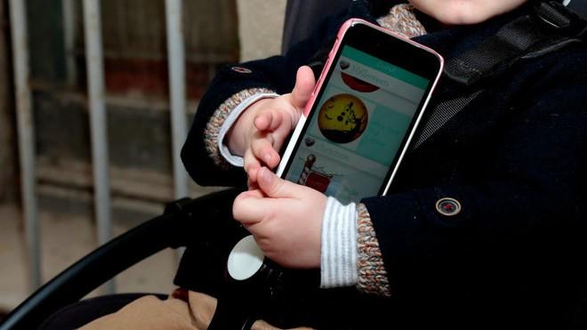 WHO cấm trẻ dưới 2 tuổi tiếp xúc với màn hình điện tử - Ảnh 1.