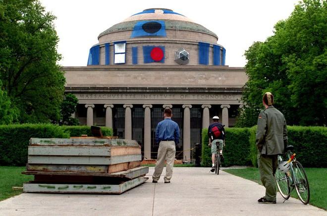 Một nhóm fan Marvel biến Mái vòm Lớn của MIT thành khiên vibranium khổng lồ để tri ân Captain America - Ảnh 4.