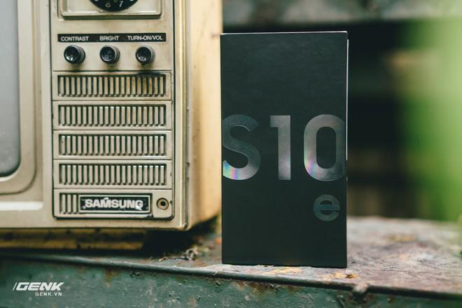 Đập hộp và trải nghiệm nhanh Samsung Galaxy S10e tại Việt Nam: Viên ngọc bị lãng quên? - Ảnh 1.
