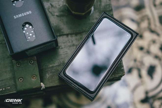 Đập hộp và trải nghiệm nhanh Samsung Galaxy S10e tại Việt Nam: Viên ngọc bị lãng quên? - Ảnh 2.