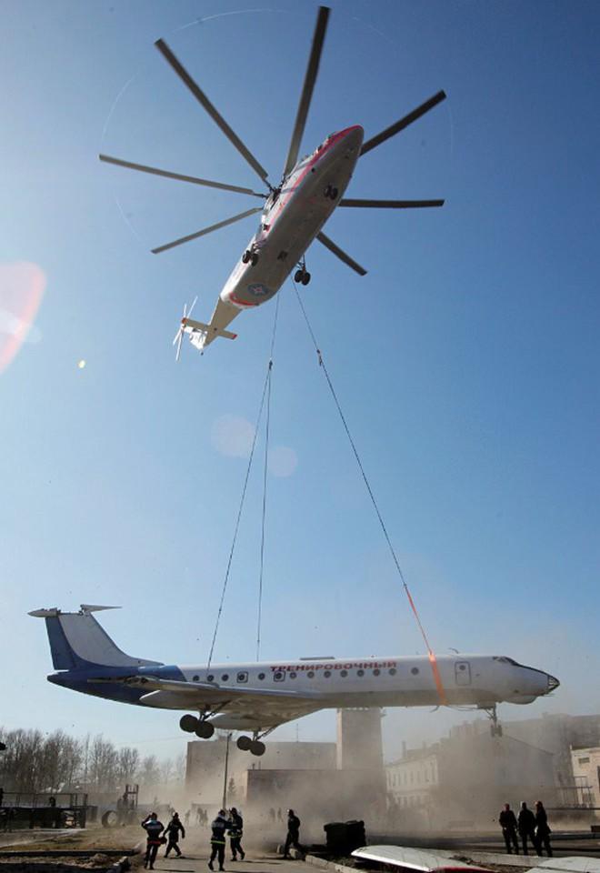 Khám phá trực thăng khổng lồ Mi-26 của Nga: Đã từng chở hóa thạch voi ma mút và máy bay chở khách cỡ nhỏ - Ảnh 2.