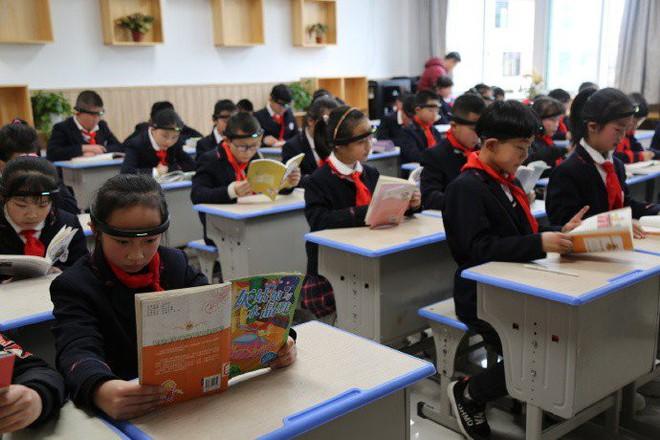 Thiết bị theo dõi sóng não, hiển thị sự tập trung của học sinh khiến dân mạng Trung Quốc chê bai trong sợ hãi - Ảnh 1.