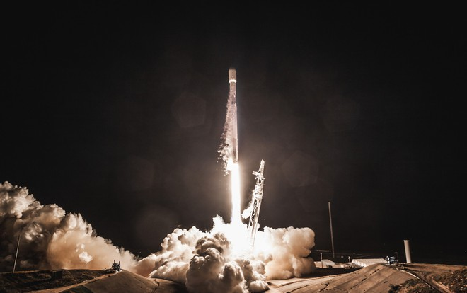 60 vệ tinh đầu tiên trong kế hoạch phủ sóng internet toàn cầu của SpaceX vừa được Elon Musk đăng tải - Ảnh 2.