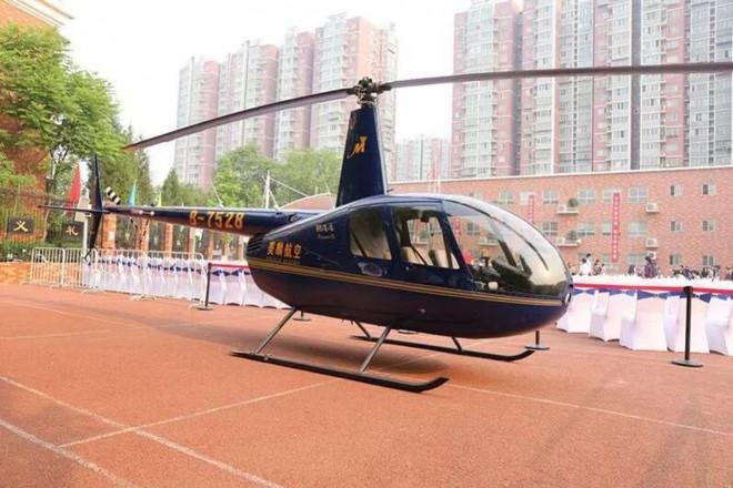 Ông bố Trung Quốc bị internet chê khoe của vì đáp trực thăng xuống trường học đón con gái - Ảnh 1.