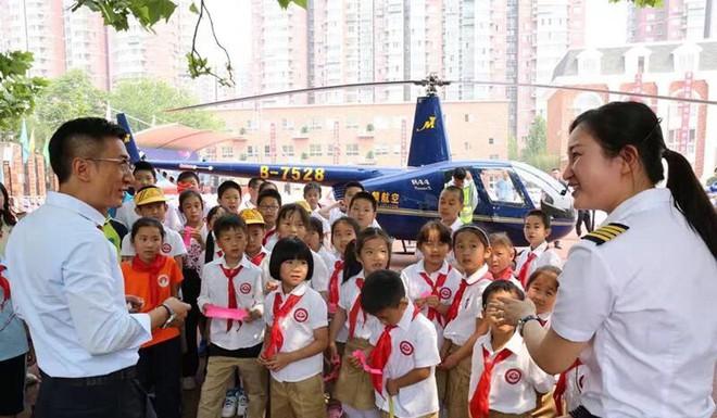 Ông bố Trung Quốc bị internet chê khoe của vì đáp trực thăng xuống trường học đón con gái - Ảnh 2.
