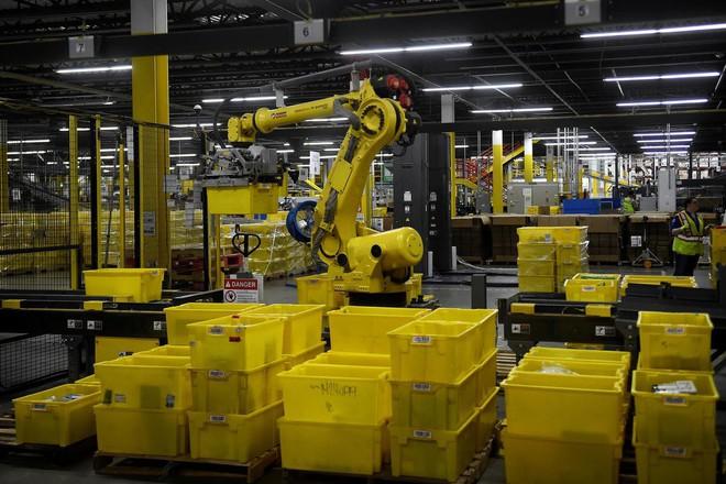 Amazon triển khai máy đóng hàng: nhanh gấp 5 người, 2 máy thay được 24 nhân sự, hoàn vốn sau 2 năm, giá 1 triệu đô/máy - Ảnh 2.