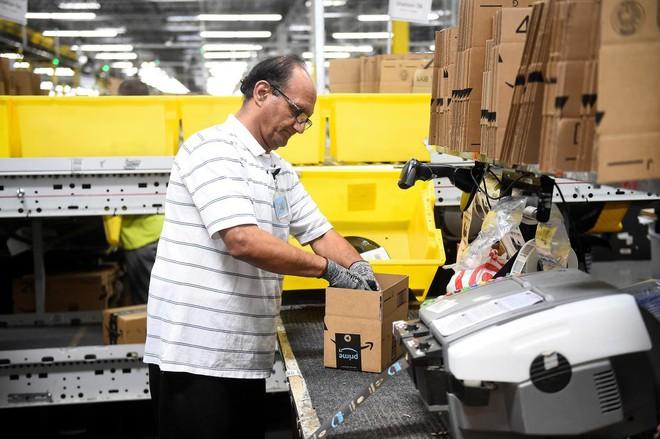 Amazon triển khai máy đóng hàng: nhanh gấp 5 người, 2 máy thay được 24 nhân sự, hoàn vốn sau 2 năm, giá 1 triệu đô/máy - Ảnh 4.