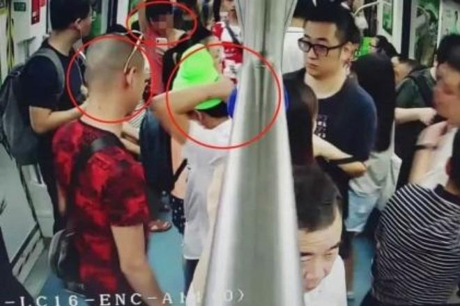 3 thanh niên xộ khám vì làm video prank bằng cách hét lên CÓ MÌN! trong tàu điện ngầm - Ảnh 1.