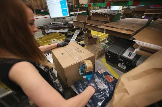 Amazon biến công việc tại nhà kho của mình thành trò chơi để giảm stress cho nhân viên - Ảnh 2.