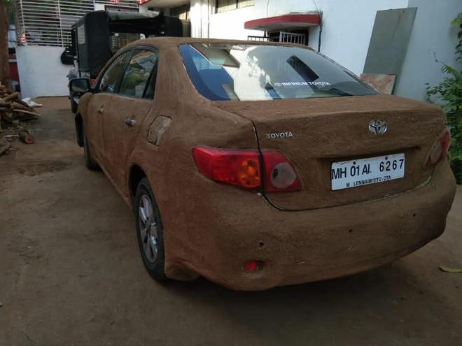 Ấn Độ: Bắt quả tang xe hơi được bọc kín bằng phân bò cho nó mát - Ảnh 3.