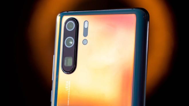 Nhìn lại những hình ảnh mổ bụng P30 Pro để thấy Huawei sử dụng công nghệ Mỹ nhiều như thế nào - Ảnh 1.