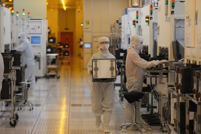 Nhà sát xuất chip lớn nhất Trung Quốc sẽ rút tên khỏi sàn giao dịch tại Mỹ - Ảnh 1.