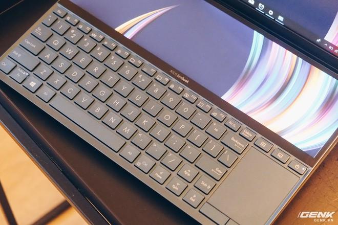 Cận cảnh Asus ZenBook Pro Duo vừa ra mắt với màn hình phụ cực lớn, màn hình chính OLED 4K, chip Core i9 - Ảnh 2.