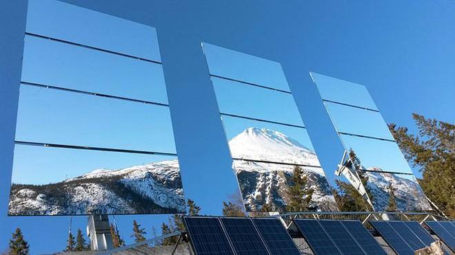 5 tháng trong năm tối như hũ nút, thị trấn Na Uy chi 13 tỷ lắp gương trên núi để phản chiếu ánh mặt trời - Ảnh 2.