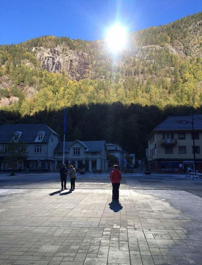 5 tháng trong năm tối như hũ nút, thị trấn Na Uy chi 13 tỷ lắp gương trên núi để phản chiếu ánh mặt trời - Ảnh 4.