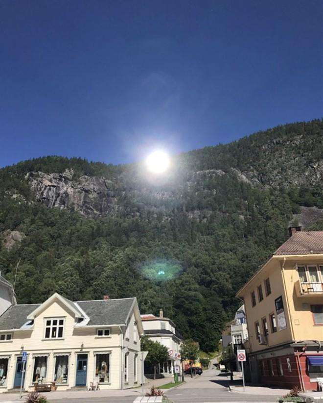 5 tháng trong năm tối như hũ nút, thị trấn Na Uy chi 13 tỷ lắp gương trên núi để phản chiếu ánh mặt trời - Ảnh 6.