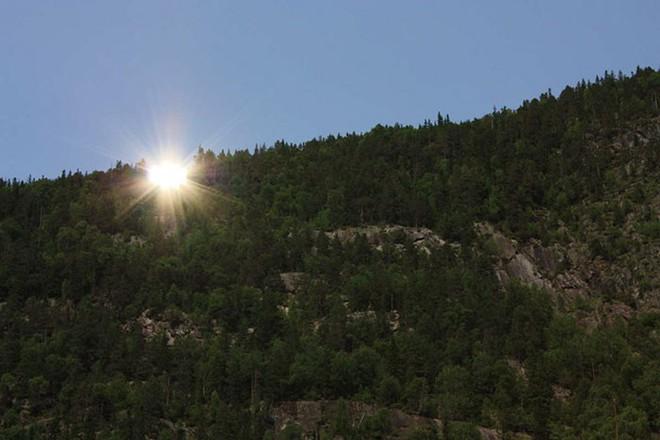 5 tháng trong năm tối như hũ nút, thị trấn Na Uy chi 13 tỷ lắp gương trên núi để phản chiếu ánh mặt trời - Ảnh 7.