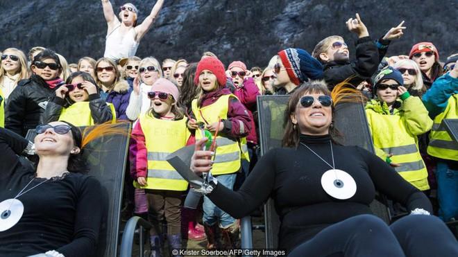 5 tháng trong năm tối như hũ nút, thị trấn Na Uy chi 13 tỷ lắp gương trên núi để phản chiếu ánh mặt trời - Ảnh 10.