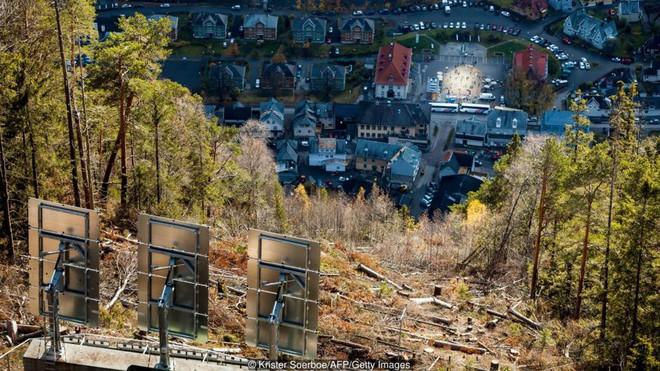 5 tháng trong năm tối như hũ nút, thị trấn Na Uy chi 13 tỷ lắp gương trên núi để phản chiếu ánh mặt trời - Ảnh 11.