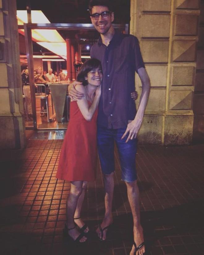 Không cần CGI, chứng bệnh lạ kỳ khiến chàng trai cao 1m98, nặng 55kg trở thành siêu sao phim kinh dị - Ảnh 4.