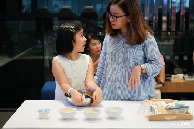 Quốc tế thiếu nhi: Cả nhà rủ nhau đến Showcase học làm bánh cupcake với công cụ không thể thiếu là chiếc tủ lạnh - Ảnh 1.