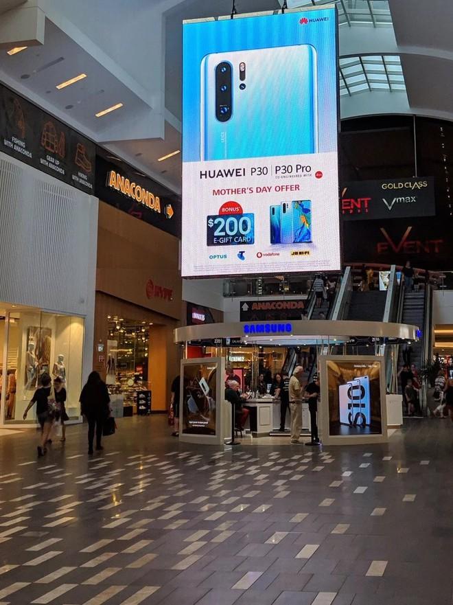 Huawei đặt biển quảng cáo P30 Pro ngay trên nóc cửa hàng Samsung tại Úc - Ảnh 1.
